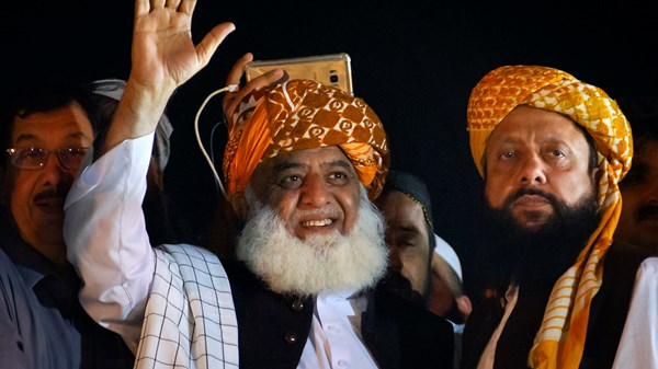 Radical in Pakistan plans next move after Imran Khan doesn't step down